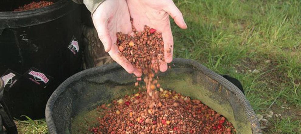 Мотыля или опарыша можно замешать в небольшое количество растительной смеси