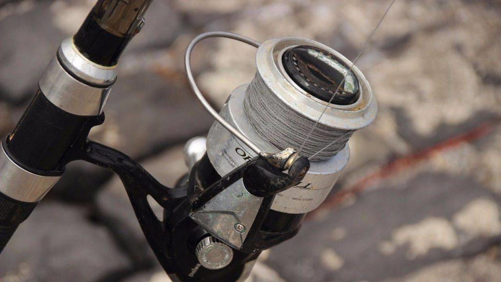 При ловле на фидер нередко приходится забрасывать кормушки и 80 и 120 граммов, набитых прикормкой, а это дает повышенные требования к прочности