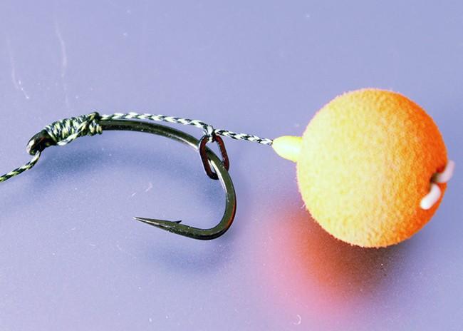 Отличительной чертой волосяной оснастки является то, что крючок всегда остается открытым и свободным от насадки