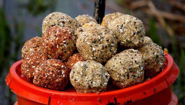 Чтобы не перекормить карпа, в прикормке должно быть больше компонентов растительного происхождения