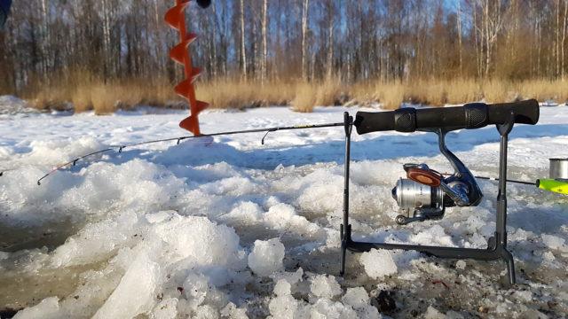 Помимо трудностей связанных с морозом, сама рыба часто проявляет отсутствие интереса к кормлению